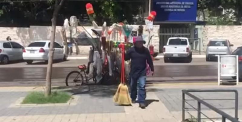 #Video Dona escobas de las que vende para damnificados de Culiacán