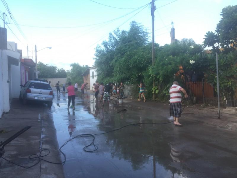 Vecinos se coordinan para limpiar calles