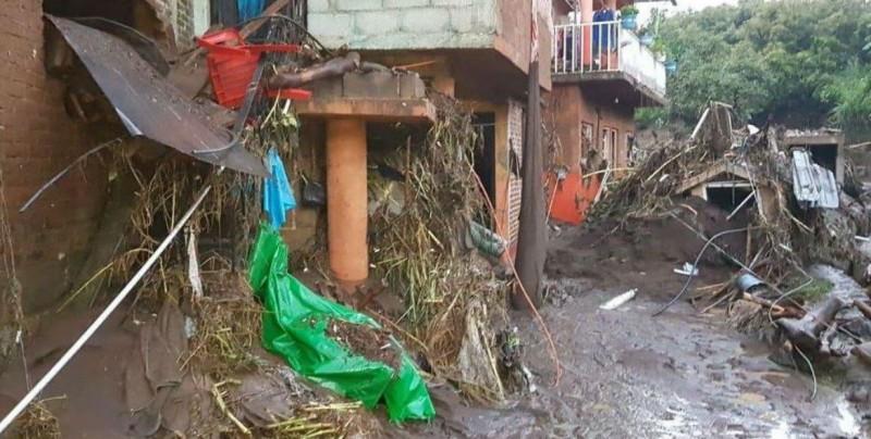 Desbordamiento de río y presa dañan casas y vehículos en Michoacán