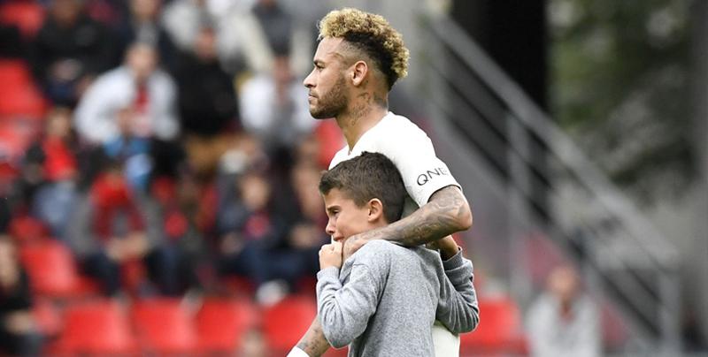 Neymar protege de la seguridad a niño que entró a la cancha
