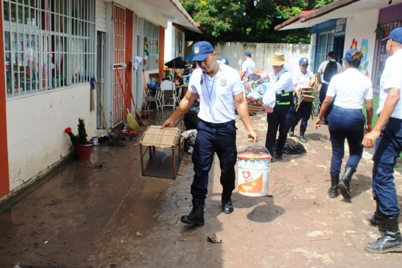 Apoyan cadetes del INECIPE en labores de limpieza de centros educativos
