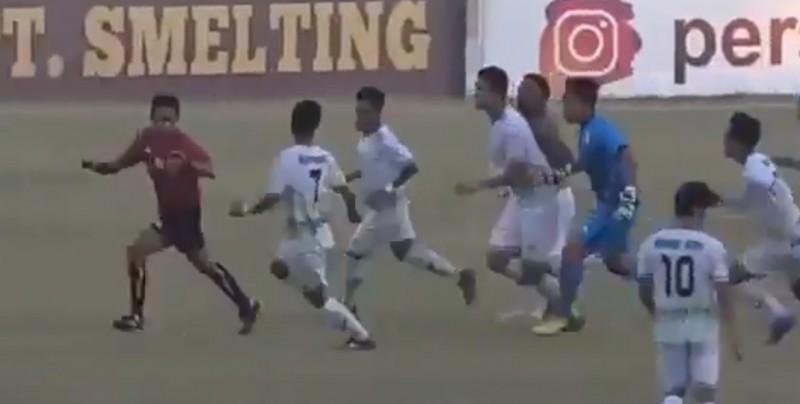 Jugadores golpean a árbitro por marcar penal de último minuto