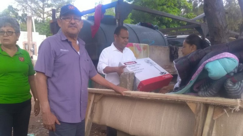 Locatarios del mercado Humberto Gómez Campaña apoyan a damnificados de Los Mezcales.