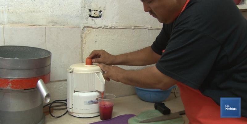 En Cajeme, don Teo vende bebidas para consentir a los ciudadanos