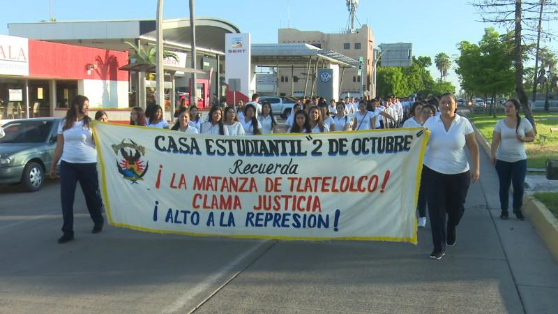 Marchan estudiantes de la UAS recordando matanza de Tlatelolco