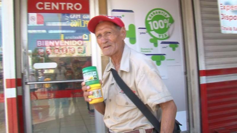 Desde hace 40 años recorre las calles vendiendo remedios