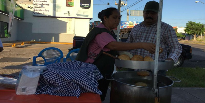 Don Paulino y su familia ya venden atole y gorditas