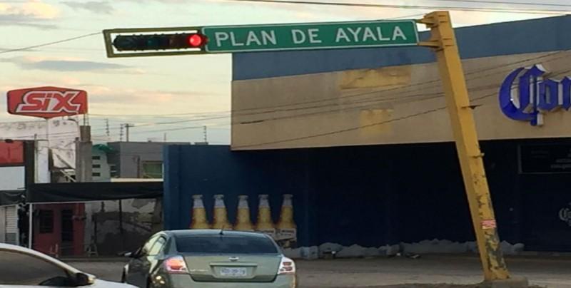 Semáforo ladeado por Revolución y Plan de Ayala