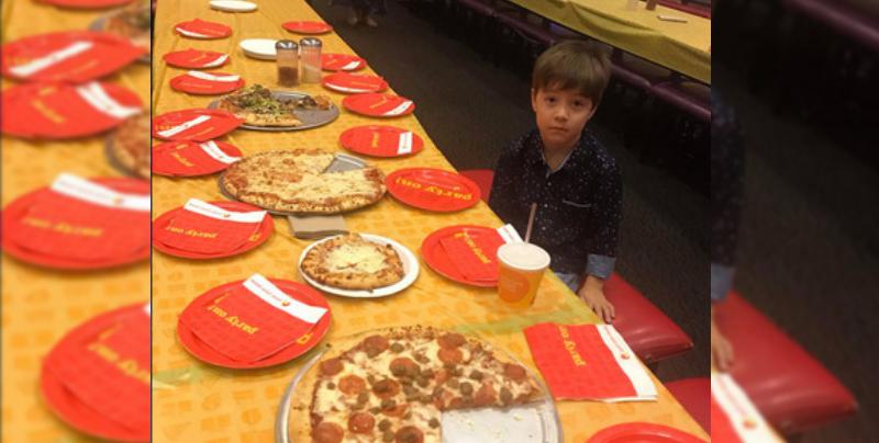 Nadie se presentó a la fiesta de cumpleaños de este niño de 6 años