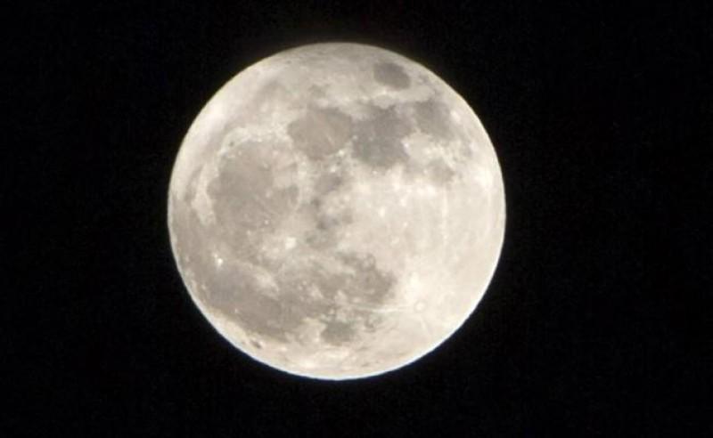 Este miércoles la luna impresionó con su belleza