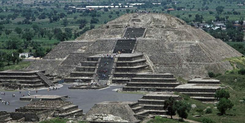 Confirman existencia de una cámara y túnel bajo la Pirámide de la Luna
