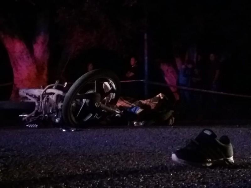 Chocan dos motoclistas, uno muere