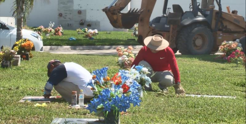 Realizan limpieza de tumbas en panteones de cara al Día de Muertos