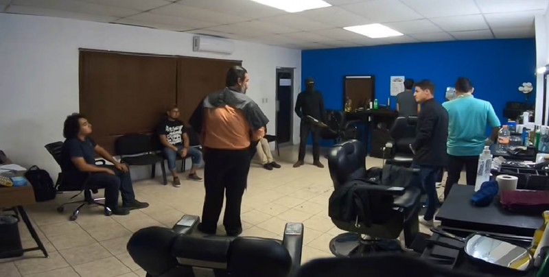 #Video Supuestos narcos entran a barbería y atormentan a empleados