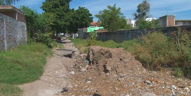 Piden desazolve del arroyo en la colonia 10 de mayo