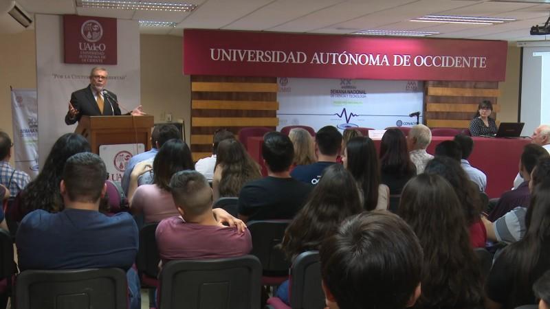 Imparte conferencia el embajador Enrique Hubbard Urrea