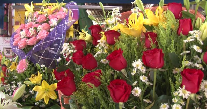 Se preparan floristas para día de muertos