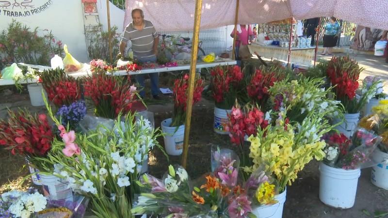 Vendedores de flores reportan buenas ventas