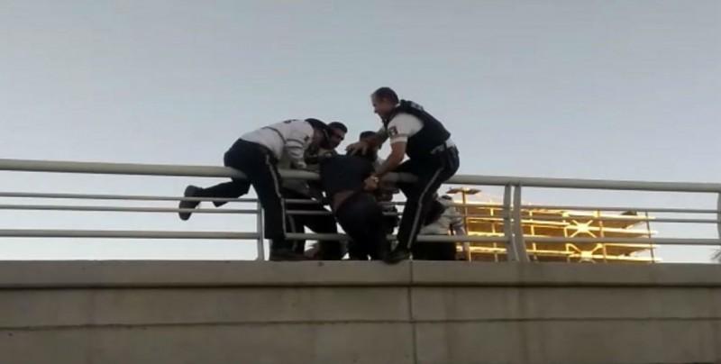 Intentaba arrojarse de puente y es rescatado