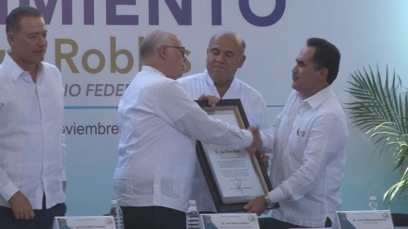La UAS entrega reconocimiento a José Narro