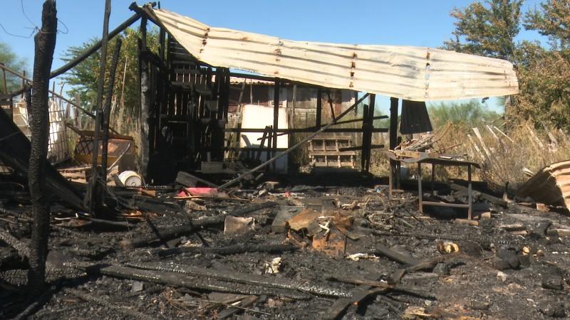 Incendio acaba con el patrimonio de 5 familias en Los Mochis