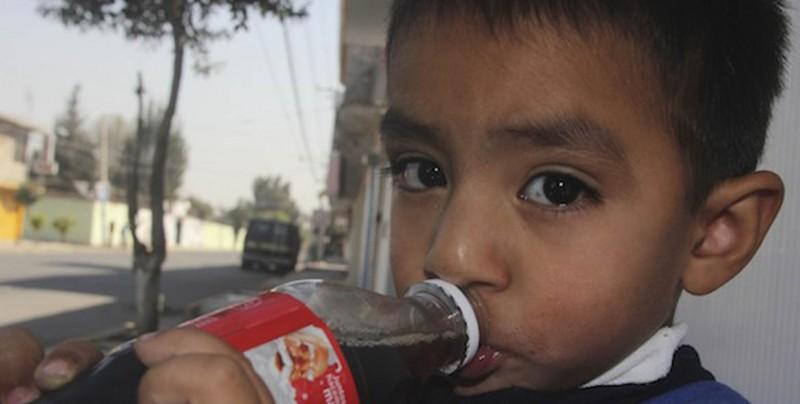 Mexicanos desconfían del agua y beben refresco en su lugar