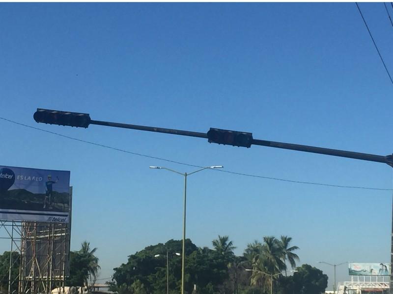 Fundida luz roja de semáforo ubicado en Lola Beltrán