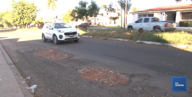 En Cajeme, vecinos adoptan baches y los rellenan con escombros