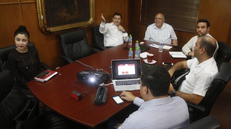 Expone secretario de Desarrollo Económico proyectos al alcalde Luis Guillermo Benítez Torres