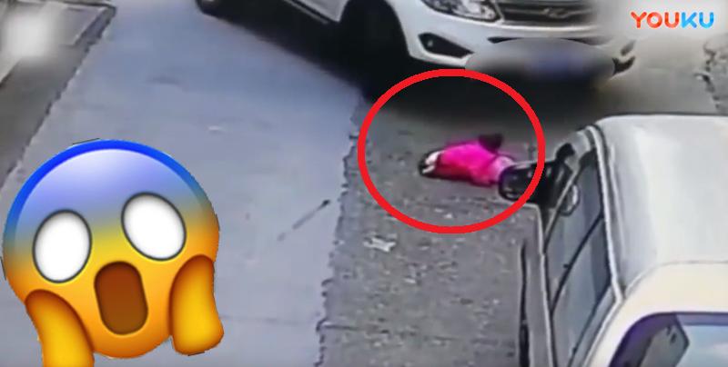 Impactante momento en que una bebé sale ilesa tras ser atropellada