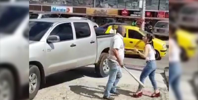Mujer cacha a su marido con la otra en el carro