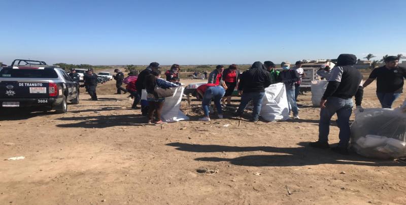Participan policías en programa de playas limpias