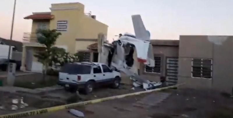 ¡Tragedia! Avioneta choca contra una casa: hay 4 muertos
