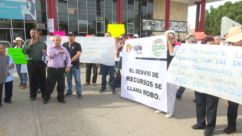 Marchan trabajadores del sector salud