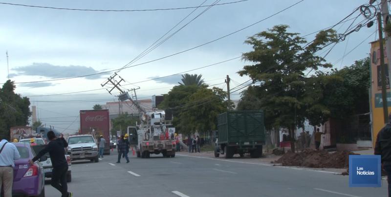 Trailer derrumba cables y postes de la CFE y deja sin energía a comercios y hogares