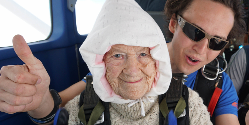 Una australiana de 102 años se lanza en paracaídas (vídeo) — Como Superwoman