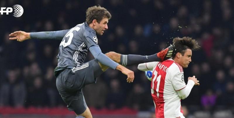 Müller pide disculpas a Tagliafico por su patada de Kung Fu