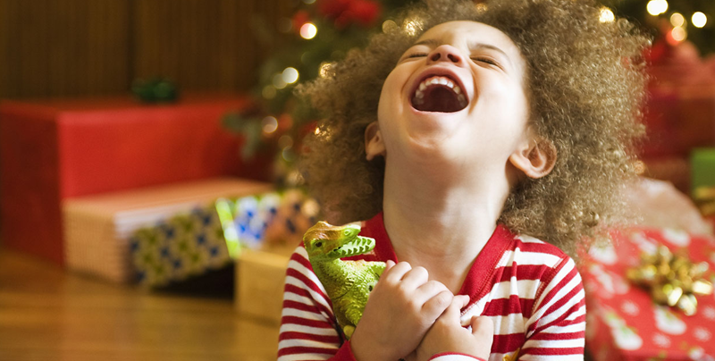 Niños reaccionando al abrir su regalo de navidad