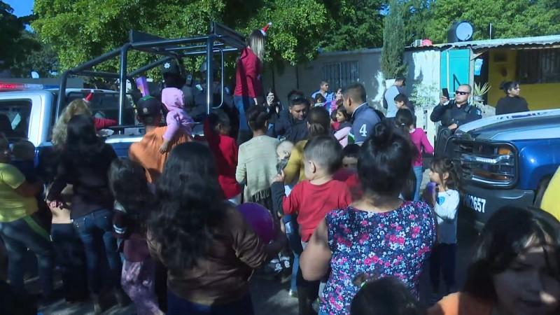 Policías de Ahome regalan juguetes a cientos de niños