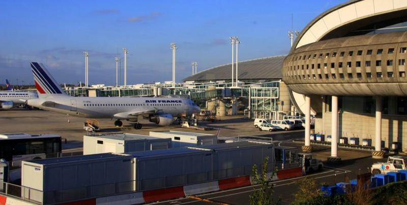 Evacúan una terminal de un aeropuerto parisino por 2 hombres con armas falsas