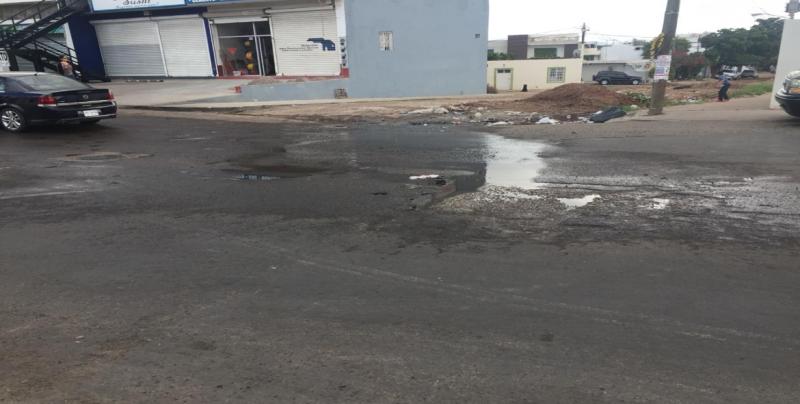 Se registra fuga de agua por la Avenida Patria