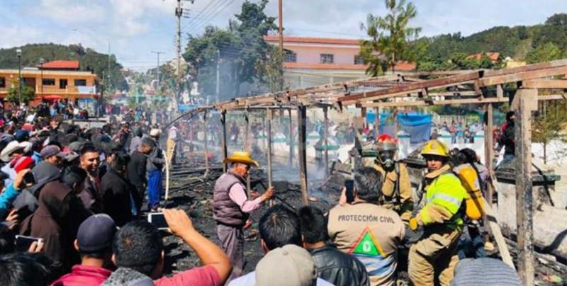 #Video Se incendian puestos de pirotecnia en Chiapas