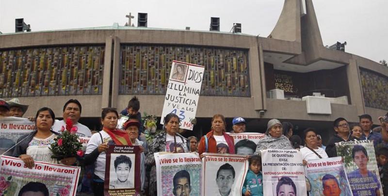 Marchan a la Basílica de Guadalupe con motivo de 51 meses del caso Ayotzinapa