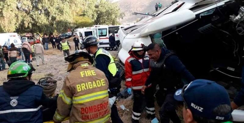 Autobús cae de un puente y deja siete muertos