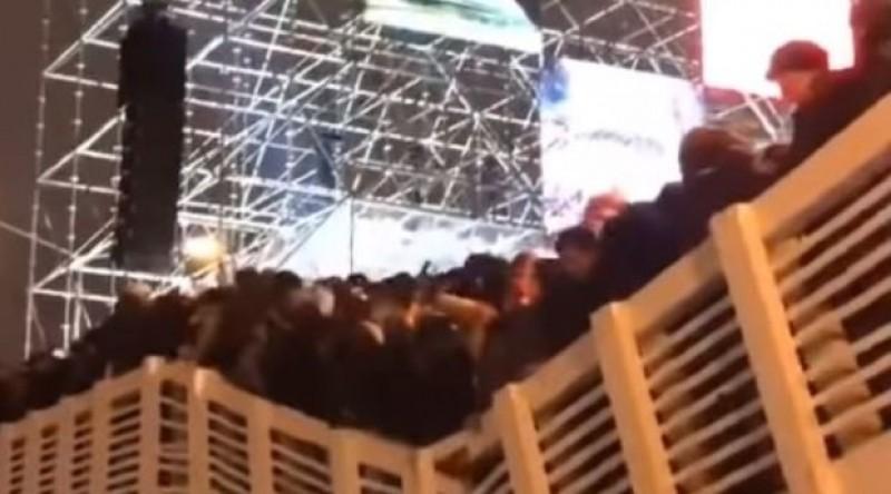 Festejan el Año Nuevo con tanta euforia, que derrumban puente