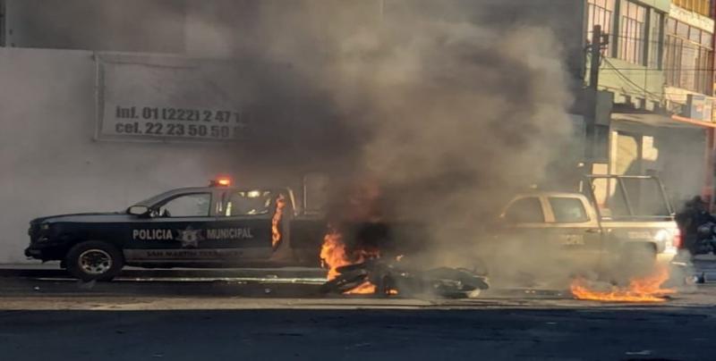 Policía arrolla a menor y pobladores queman patrullas en Puebla