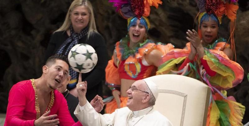 El papa Francisco hace malabares junto a un circo cubano
