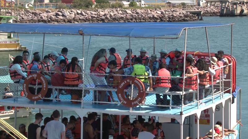 Turistas disfrutan los paseos en catamaranes
