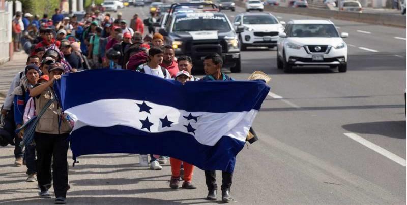 Senadores de California visitan a la caravana migrante en Tijuana