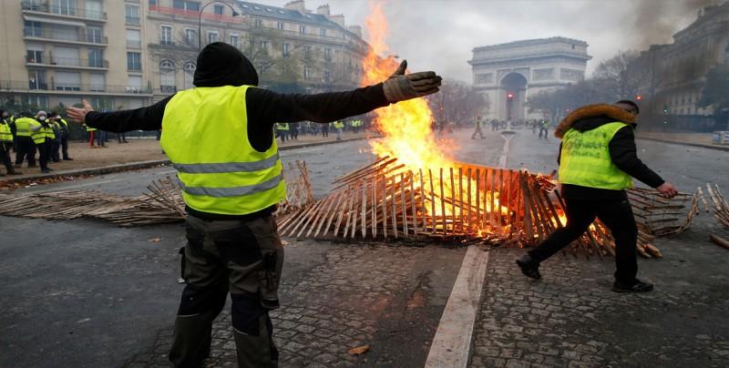 """Macron denuncia la violencia en las protestas de los """"chalecos amarillos"""""""